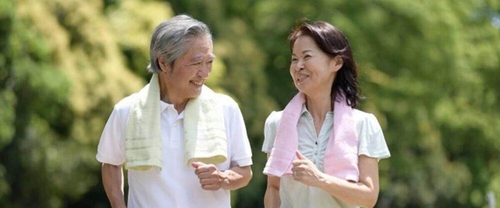 青汁を飲んで健康的な夫婦